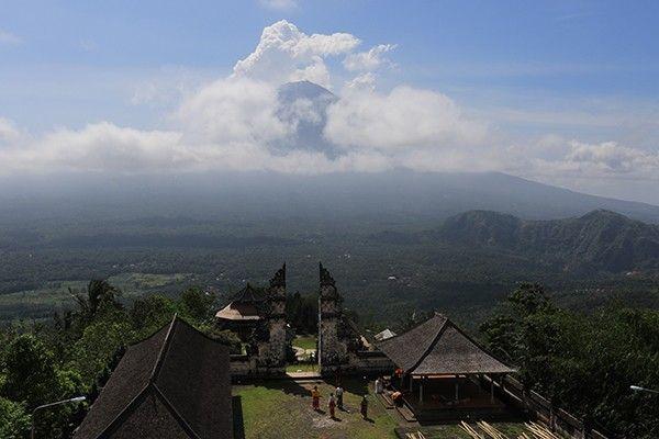 erupsi gunung agung, pura lempuyang, spot terbaik, bidikan wisatawan