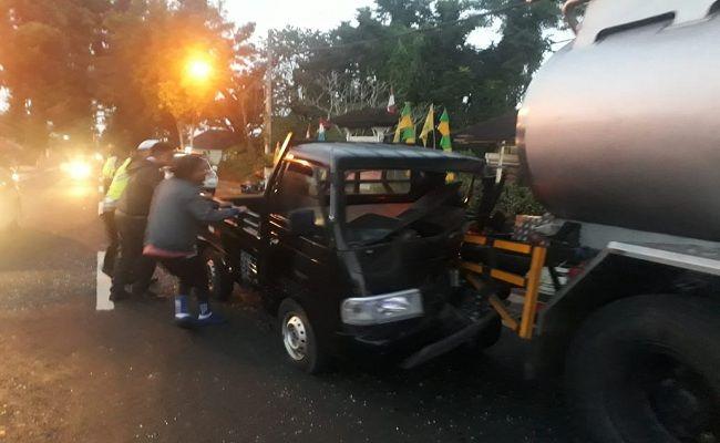 pikap tabrak truk, kecelakaan lalulintas, Polres Bangli, pikap ringsek, tabrak tangki parkir, sopir selamat,
