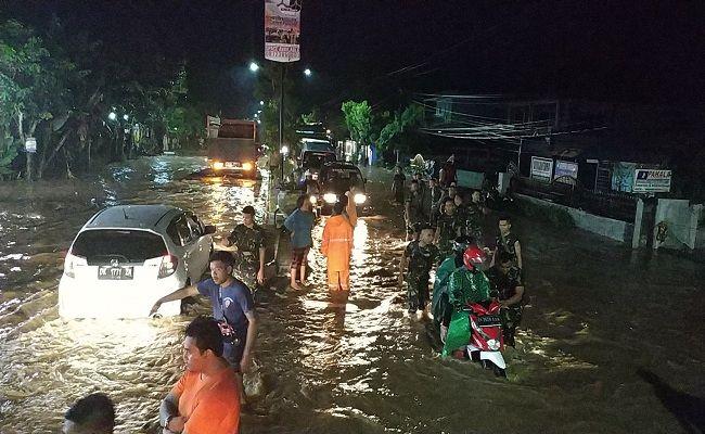banjir bandang, jalur mudik lumpuh, Pemkab Jembrana, BPBD Jembrana, TNI/Polri, hujan lebat, warga dievakuasi, lalu lintas lumpuh,