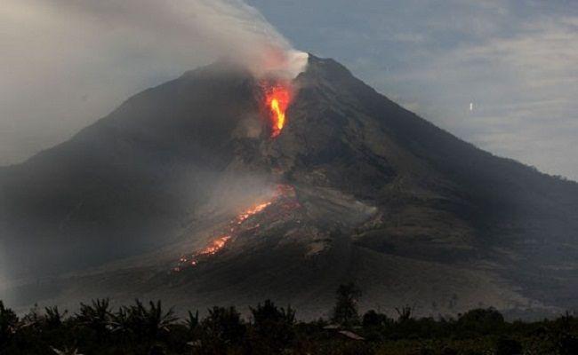 erupsi gunung agung, gunung meletus,  warga karangasem, BPBD Bali, hujan abu, PVMBG, erupsi campur hujan, bahaya erupsi,