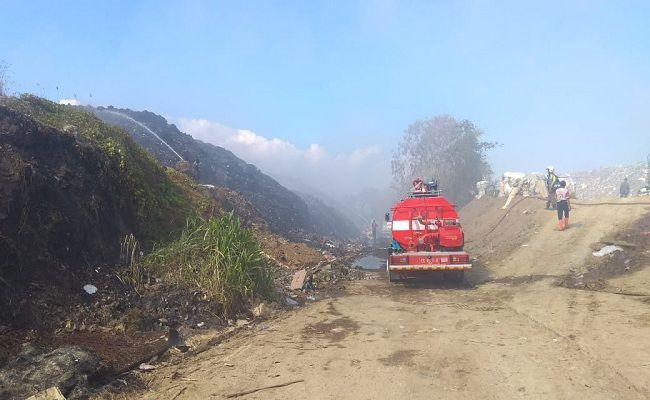 kebakaran TPA Temesi, Warga marah, ancam demo TPA, Perbekel Desa Lebih, Warga Lebih, asap tebal, pernafasan tergangu,
