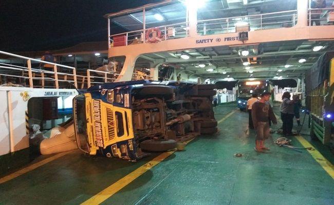 truk terguling, KMP CMS, Pelabuhan Gilimanuk, Gelombang tinggi, Cuaca Buruk, Syahbandar Gilimanuk, perairan selat bali,