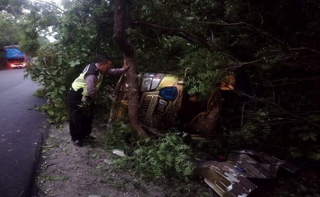 kecelakaan lalulintas, truk terguling, Polres Jembrana, terguling di hutan, hutan cekik,