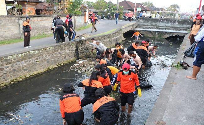 aksi bersih sungai, pramuka gianyar, bersih sampah