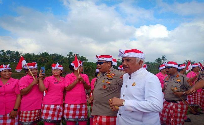 polda bali, rekor muri, bentangkan bendera, bendera merah putih, areal persawahan jatiluwih