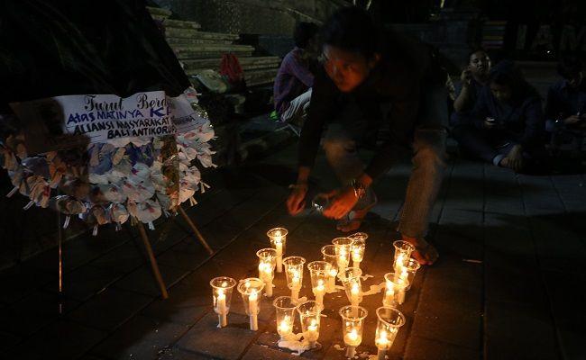 hari demokrasi internasional, aktivis bali, nyalakan lilin, simbol kpk mati