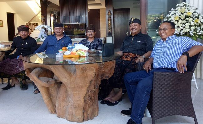 AKRAB : Suasana akrab antara para pimpinan dan tokoh saat proses rekonsiliasi di rumah Plt Ketua DPD I Partai Golkar Bali Gde Sumarjaya Linggih