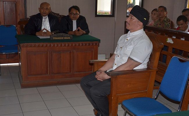 divonis rehabilitasi, sidang ismaya, eks sekjen laskar bali, cium lantai pengadilan, sidang narkoba, pn denpasar
