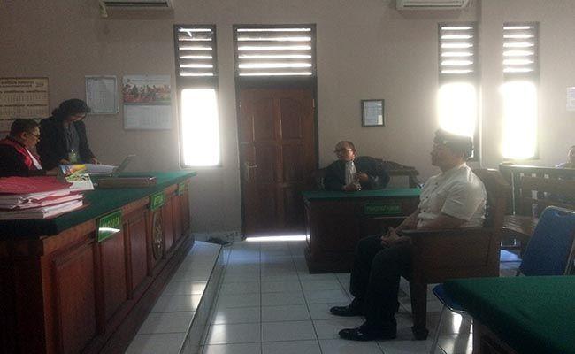 divonis rehabilitasi, sidang ismaya, eks sekjen laskar, cium lantai pengadilan, sidang narkoba, pn denpasar