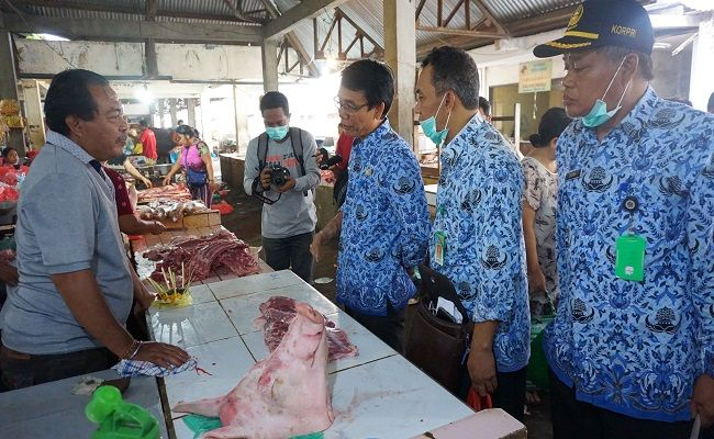 penampahan galungan, penjuangan daging, daging babi, pasar tradisional, distan buleleng