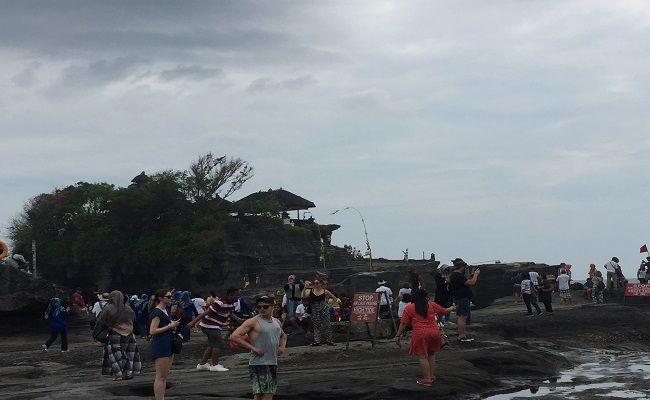 libur galungan, hari raya galungan, objek wisata tanah lot, banjir wisatawan