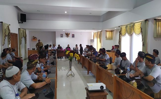 penyegelan vila, vila kelapa reatret, Pemkab Jembrana, puluhan pekerja menganggur, datangi kantor Dewan, DPRD Jembrana,