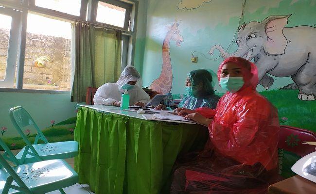 wabah corona, virus corona, tim medis, pakai jas hujan, layani pasien, satgas covid-19, puskesmas buleleng II