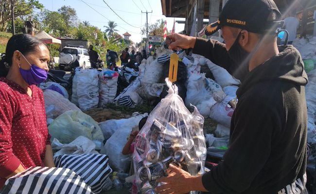 Sampahyang dibawa warga Kenderan ditimbang sebelum ditukar dengan beras di Kenderan, Tegalalang, Gianyar, Minggu (9/8/2020).