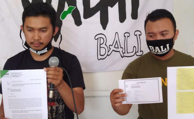Direktur WALHI Bali I Made Juli Untung Pratama (kiri) dan Sekjen Frontier Bali Krisna Dinata saat menunjukkan surat protes ke DPRD Bali, Selasa (1/9/2020).