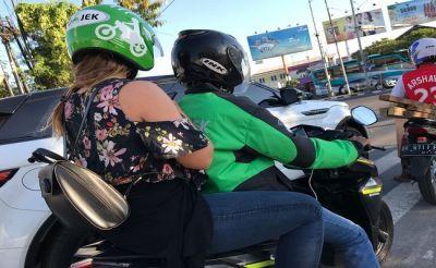 Driver Gojek membawa penumpang di Denpasar
