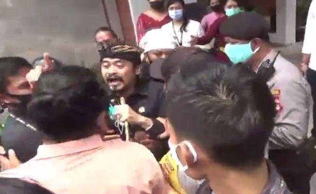 Arya Wedakarna, AWK, Senator Bali, DPD RI Bali, AWK Kena Pukul, AWK Didemo, Sandhi Murti, UU MD3, Demo ricuh, AWK Dianiaya pendemo,