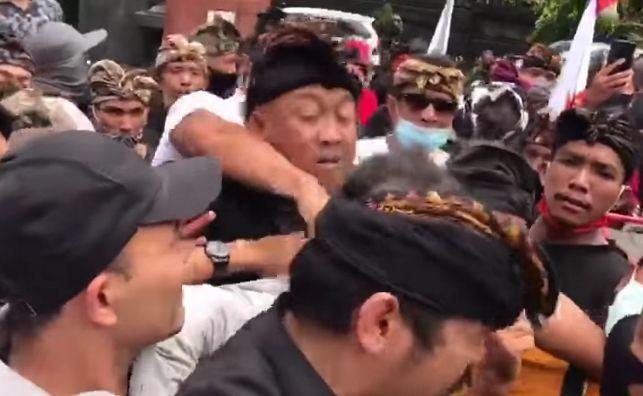 Arya Wedakarna saat mendapat pukulan dari massa di kantor DPD RI Jalan Tjok Agung Tresna Denpasar, Rabu (28/10)