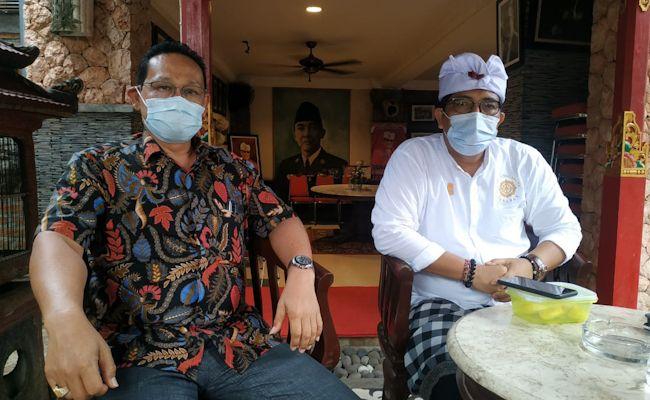 Ketua DPC PDIP Tabanan I Komang Gede Sanjaya (kanan) didampingi Ketua BBHA Tabanan I Gede Putu Yudi Satria Wibawa