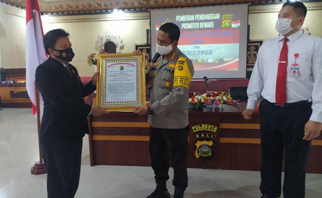 Kapolresta Denpasar Kombes Pol Jansen Avitus Panjaitan saat menerima penghargaan dari Lemkapi, Senin (30/11).