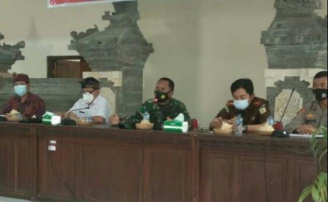 Dandim Jembrana (tengah) saat rapat koordinasi