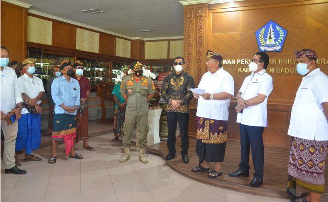 Para pimpinan DPRD Badung saat menerima kehadiran dari calon perbekel Desa Angantaka, I Nyoman Bagiana yang dibarengi kuasa hukum serta sejumlah masyarakat setempat, Rabu (17/2).