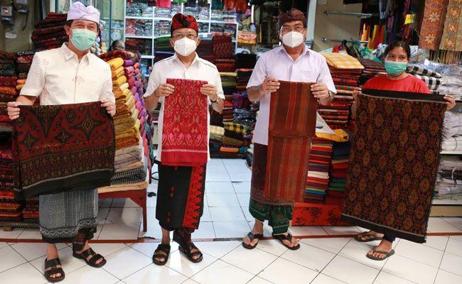 Bupati Klungkung I Nyoman Suwirta mengajak Gubernur Bali Wayan Koster mengunjungi perajin kain tenun endek di Desa Sulang, Kecamatan Dawan dan Pasar Seni Semarapura yang merupakan pusat pemasaran kain tenun, Minggu (21/2).