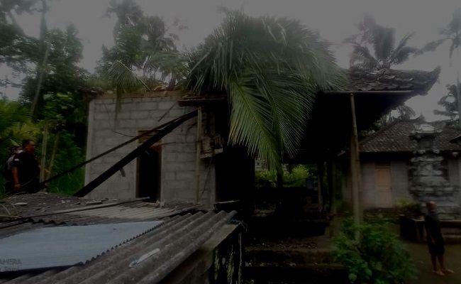 cuaca buruk, hujan angin, pohon tumbang, timpa rumah, warga nawakerti abang, bpbd karangasem
