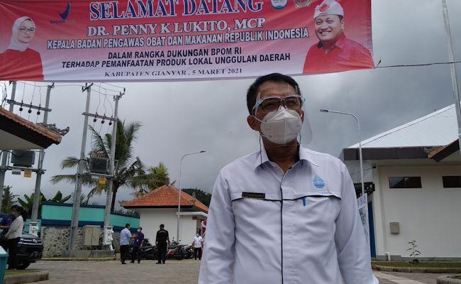 Dirut Perumda Tirta Sanjiwani, Made Sastra Kencana, saat menunggu kedatangan Kepala BPOM RI Penny K. Lukito di pabrik AMDK Gianyar Water.