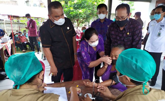 Wakil Gubernur Bali, Bupati Jembrana, Wakil Bupati Jembrana saat meninjau vaksinasi di pelabuhan Gilimanuk Selasa (7/4).