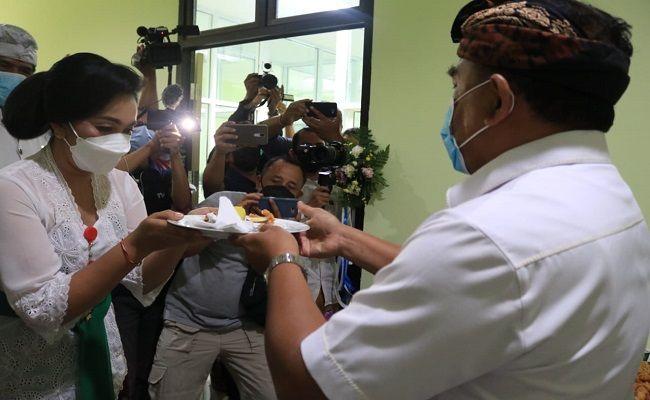 Bupati Jembrana I Nengah Tamba saat memberikan potongan tumpeng kepada Plt Direktur RSU Negara dr Ni Putu eka Indrawati disela peresmian laboratorium PCR, Kamis (8/4)