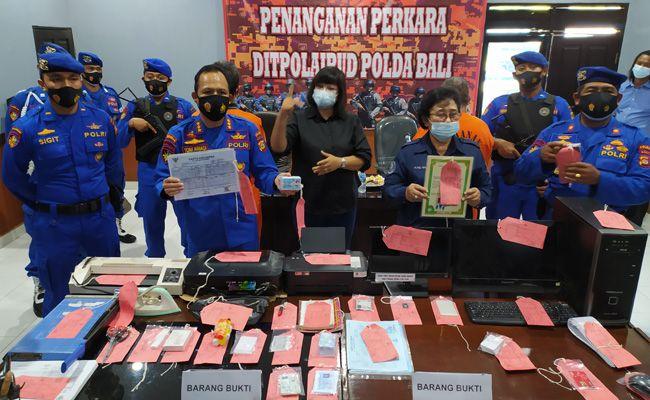 Ditpolair Polda Bali menunjukkan dua tersangka dan barang bukti pemalsuan KK, KTP dan ijazah .