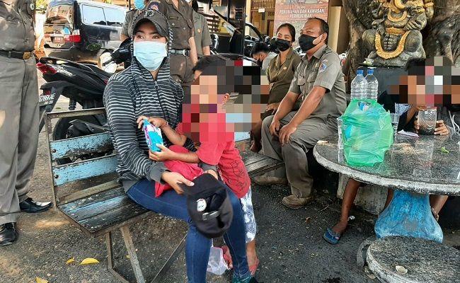 jatuh miskin, pengemis cantik, mantan bos spa, Kuta Bali, mengemis bersama anak, Satpol PP Klungkung, bangkrut,