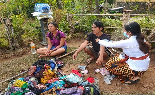 nestapa keluarga miskin, keluarga miskin Buleleng, rumah ludes terbakar, kebakaran, sisa pakaian dibadan, bantuan, tim relawan,