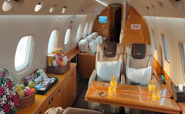 MEWAH: Suasana dalam ruang kabin pesawat jet milik PT. Indojet Sarana Aviasi menawarkan keamanan dan kenyamanan bagi konsumen.