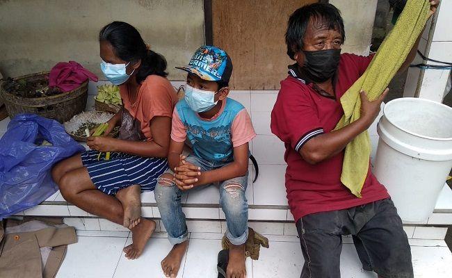 Wayan Widiasa, tuna netra, kisah miris, belajar daring, bantuan kuota internet, keluarga miskin,