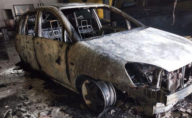 mobil terbakar, showroom, Denpasar,
