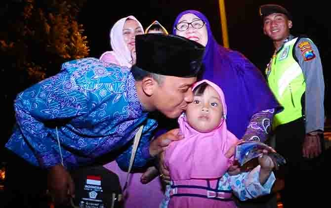 Seorang CJH Banyuwangi mencium putrinya sebelum berangkat ke Embarkasi Surabaya.