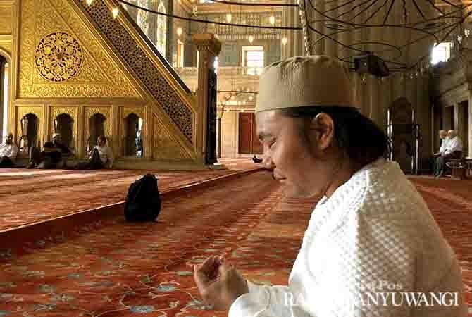 RASA SYUKUR: Penulis berdoa di dalam Masjid Biru setelah salat Tahiyatul Masjid.