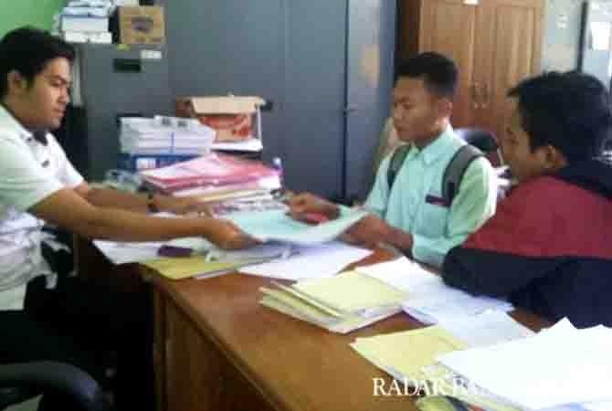 SIAP BERKOMPETISI: Calon peserta mendaftarkan lomba foto di kantor Dinas PU Pengairan Banyuwangi, kemarin.
