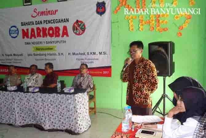 BERPESAN: Kepala SMAN 1 Banyuputih, Gatot Dwi Pujihandoko memberikan sambutan pada acara seminar.