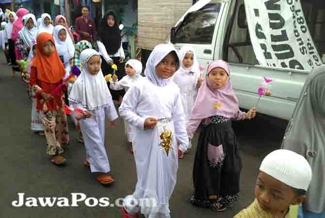 TRADISI: Santri Al-Qodiri VIII merayakan Maulid Nabi di Desa Kelir, Senin (17/12/2017).