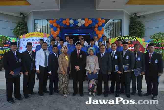 DEDIKASI: Pjs. Pinca BRI Cabang Banyuwangi, Dani Priatmoko foto bersama peraih penghargaan yubilaris, anggota persatuan pensiunan BRI dan jajaran manajer BRI Cabang Banyuwangi, Sabtu (16/12).