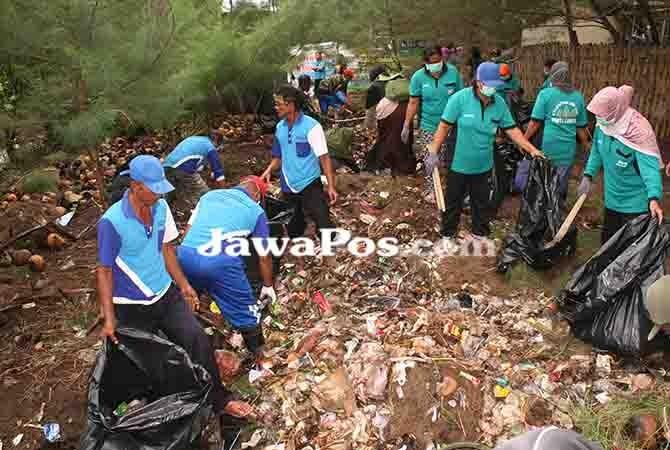 BERSIH-BERSIH: Pengelola dan relawan membersihkan sampah yang menumpuk di belakang area kuliner wisata Pantai Cemara