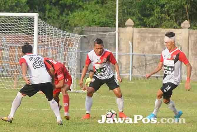 SIAP HENGKANG: Dadang Apridiyanto (tengah) berlatih bersama rekannya di Persewangi FC beberapa waktu lalu.
