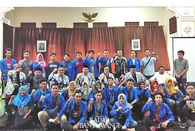 SEMANGAT BARU: Perwakilan mahasiswa Uniba foto bersama usai pelantikan rektor.