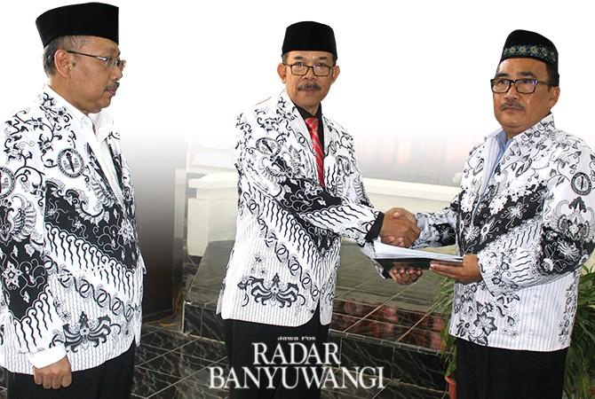 PEMBAHARUAN: Rektor Uniba dr Sadi (kanan)mendapat ucapan selamat dari Ketua PPLP PT PGRI Murdiyanto (tengah) disaksikan Ketua BPLP PGRI Jatim Prof dr Supardi MM.