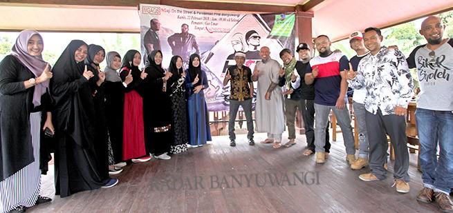 MENUJU KEBAIKAN : Personel Pemuda Hijrah Banyuwangi (PHB) bersama Biker Sholeh Bali dan Drummer Kunto dalam peresmian PHB Banyuwangi.