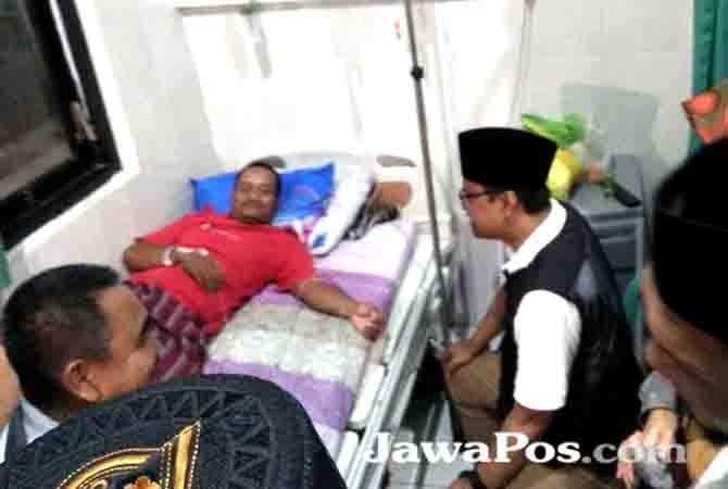 SANTAI: Cagub Jatim Gus Ipul berbincang dengan pasien di RSNU Desa Mangir.