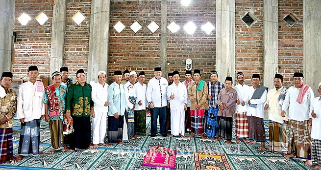 BANTUAN : Dokter Agung Berfoto bersama dengan pengurus takmir dan jamaah Masjid Subulussalam, Desa Kradenan,  Kecamatan Purwoharjo kemarin.